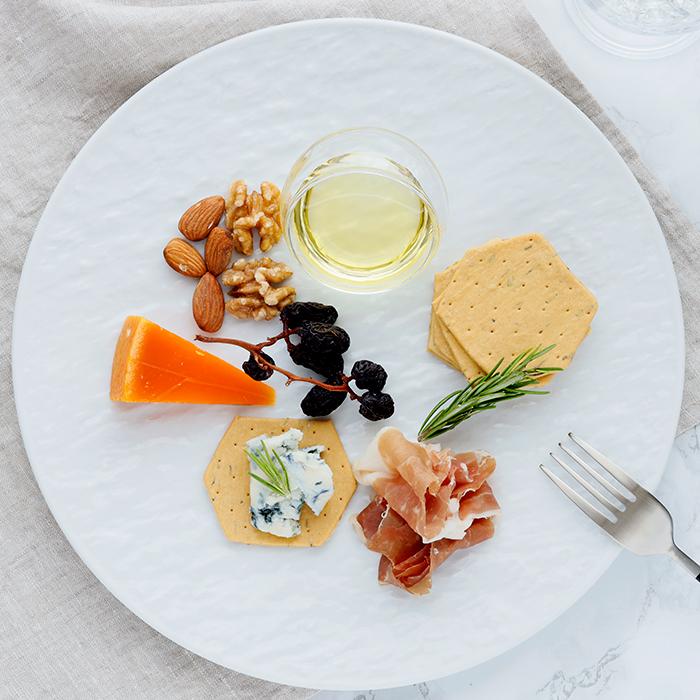 テーブルに高級感をもたらすスレート風 独特の風合いがおしゃれな白い特大皿
