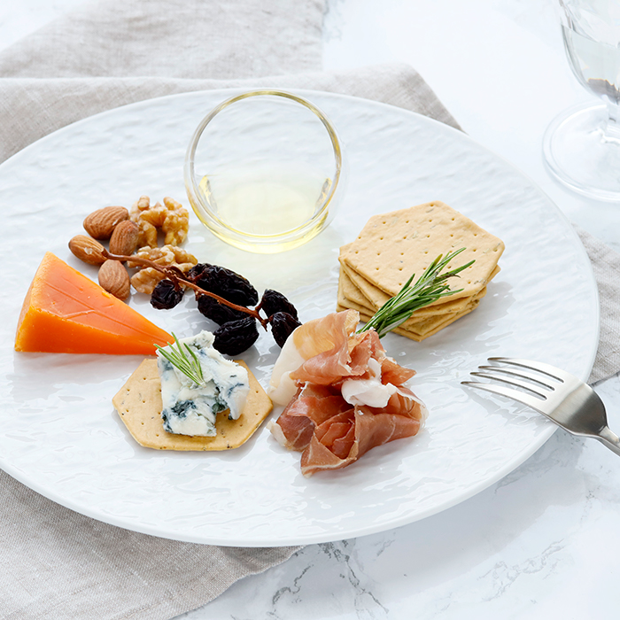 シンプルな料理も華やかに おしゃれな食卓コーディネートに