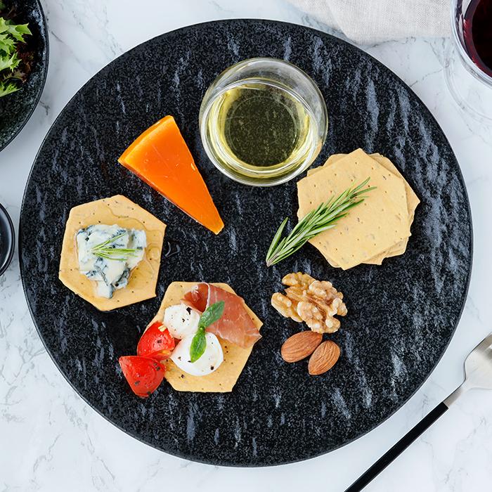 テーブルに高級感をもたらすスレート風 独特の風合いがおしゃれな黒い大皿
