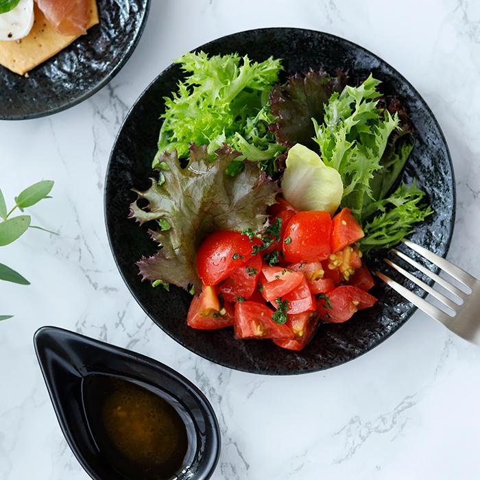 テーブルに高級感をもたらすスレート風 独特の風合いがおしゃれな黒い中皿
