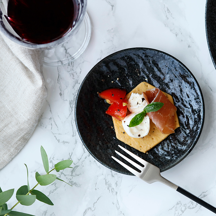 テーブルに高級感をもたらすスレート風 独特の風合いがおしゃれな黒い小皿