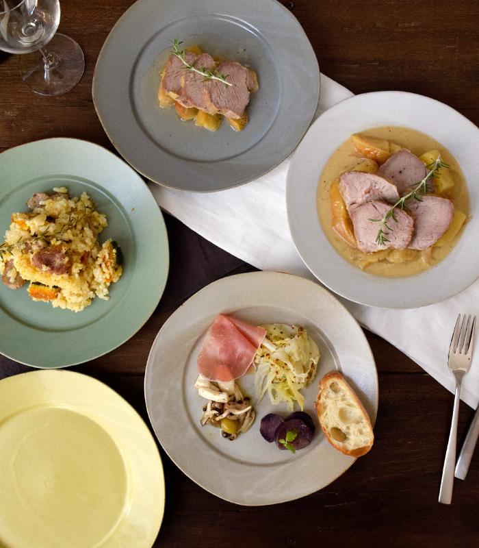 マットな質感とアンティークなカラーが洗練された食卓を作ります。