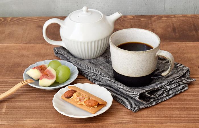 ティータイムのちょっとしたお茶請けに程よい豆皿サイズです。