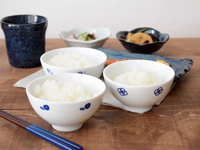 藍の花が描かれたお祝いの席にぴったりな kuruhimo(クルヒモ)のお茶碗