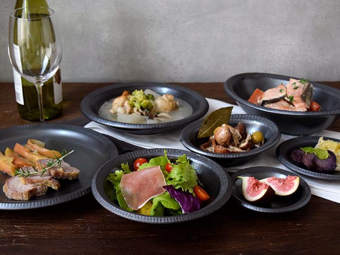 シックなブラックカラーに銀彩が入った、高級感ある和食器シリーズ。