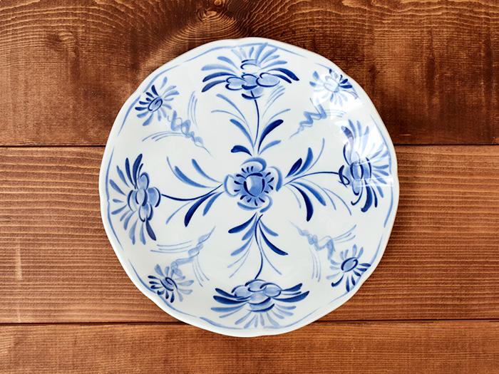 上品な花柄が食卓に華やかさをもたらしてくれます。