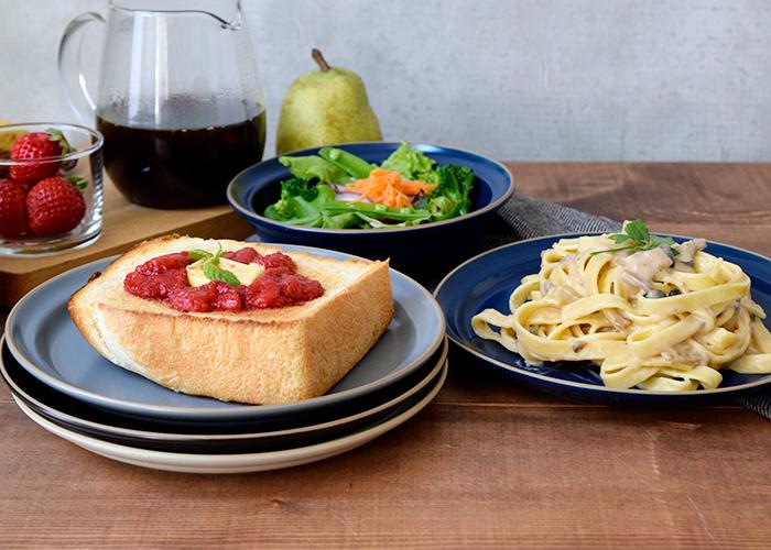 パスタ皿やカレー皿にちょうどいいサイズ。食パンもはみ出ることなくきれいに収まります。